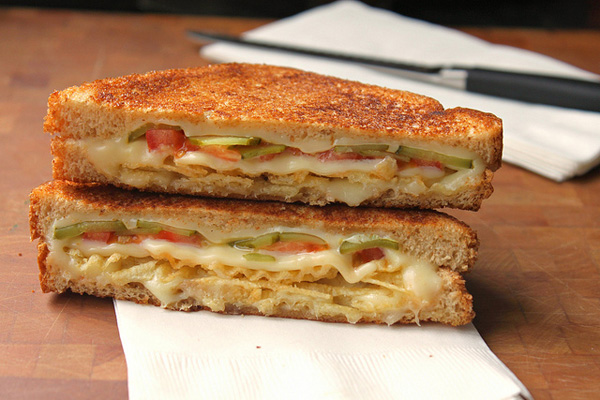 grilled-cheese-with-tomato-pickles-and-potato-chips_mv3cj4